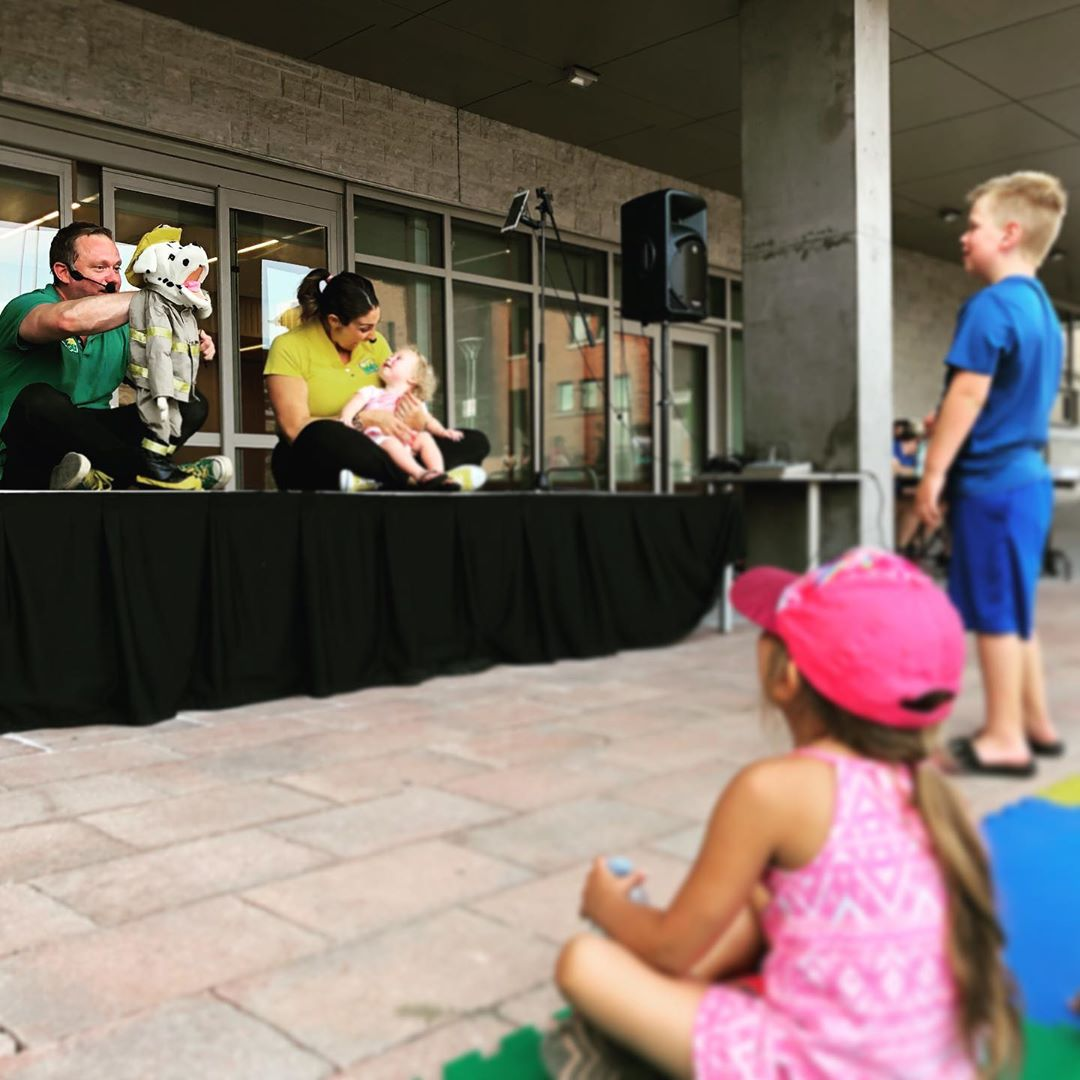 Lots of laughs during Whimsical Wednesday with @sonshineandbroccoli at Civic Square! #cbridge